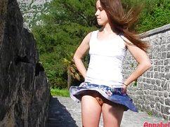Сегодня девушка гуляет без трусиков под юбкой
