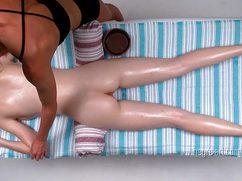 Стройная девушка получает массаж возбужденной киски