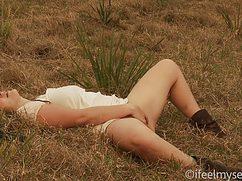 Свою розовую дырку девушка мастурбирует в поле