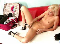 Блондинка теребит киску любимой игрушкой