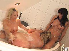 В большой ванне дамы замутили оргию с пенкой