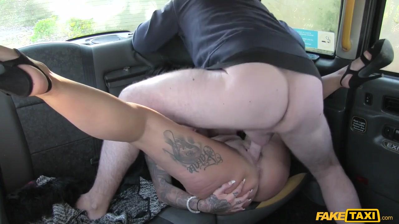 Похотливая женщина за рулем такси