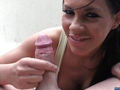 Улыбчивая молодая шлюшка берет в рот в машине