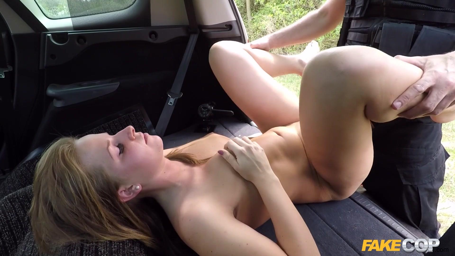 Нарушительница раздвинула ноги и дала полицейскому