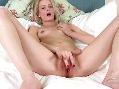 Блондинка взялась за свою пизду и довела до экстаза