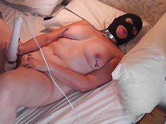 Девка в черной маске жестко подрочила дырку
