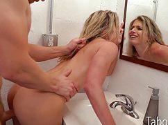 Крепкий бой с наслаждением трахает соседку в ванной