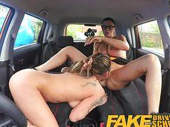 Роскошная ебля телочек в машине на заднем сидении