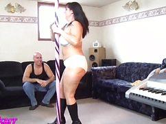 Женщина после работы станцевала для мужа стриптиз