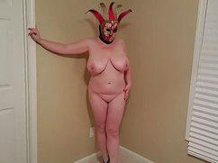 Пышногрудая толстая примеряет костюм на карнавал