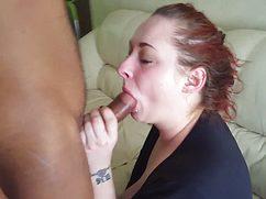 Похотливая маман отсосала парню дочери в гостиной