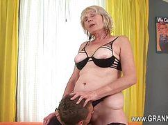 Оральный секс с весьма опытной дамочкой в чулочках
