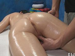 Знойная шлюха на массаже дает трогать бритую киску