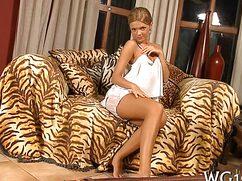 Шикарная блондинка позирует перед камерой в обнаженном виде