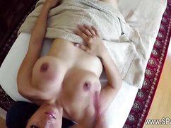 Профи делает нежный массаж девушке и заводит ее до предела