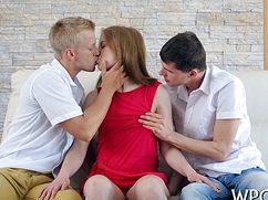 Сучка согласилась на двойку с двумя молодыми красавчиками