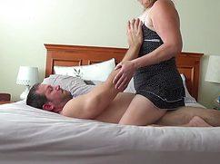 Пухлая жена трахается с любовником в спальне