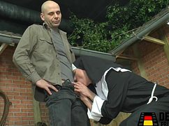 Мужик пришел в сарай и соблазнил монашку на секс