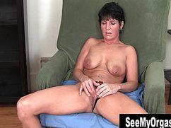 От нежной мастурбации женщина кончает в кресле