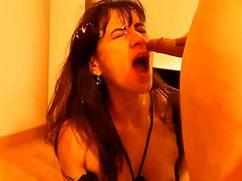 Крепким перцем ловелас заливает спермой лицо