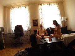 В зашторенной комнате телка оседлала член мужа