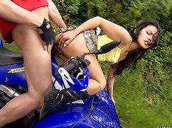 Спутник здорово трахает девку на квадроцикле