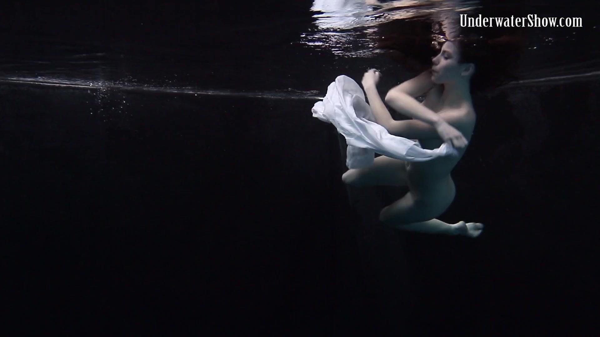 Леди плавает голая под водой