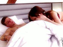 Узкоглазая чика разбудила парня минетом на кровати