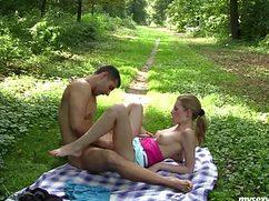 Настроенный на оргазм хахаль трахает девку в парке