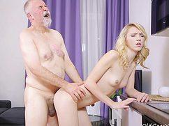 Дедок выебал блондинку в молодую упругую киску