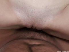 После приятной ванной девушка трахается в бритую вагину