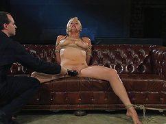 Мужчина в черном мастурбирует связанной девушке