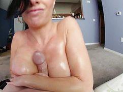Сексуальная брюнетка дрочит большой член титьками
