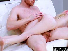 Рыжий мужичок вставил тощей сзади свой пенис