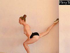 Утонченная гимнастка замечательно позирует