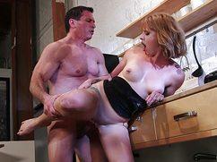 Полностью мокрая жена оттрахана на кухне