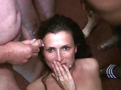 Девушка стоит на коленях и вкусно сосет возбужденным мужчинам