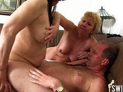 Мужик удовлетворенно трахает опытных женщин