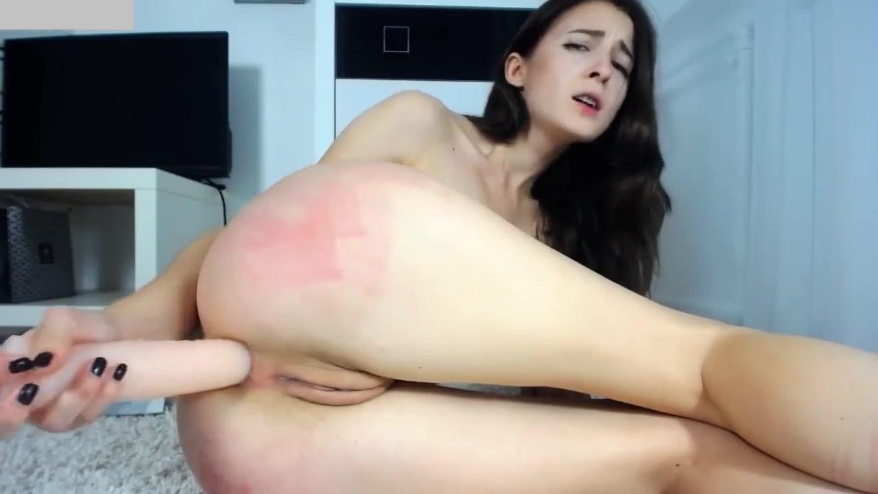 Художественный большой резиновый фаллос в попе лесбиянки порно сосет любовнику жены