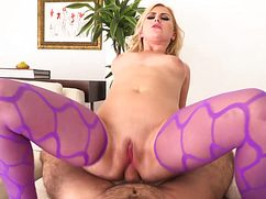Блондинка в фиолетовом приласкала попкой член