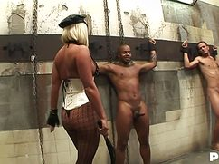 Блонда в эротическом наряде расслабилась с накачанными кавалерами