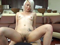 Юбочник поимел в небритую киску сексуальную блондинку