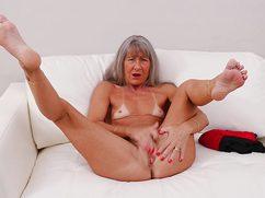 На белоснежном диване похотливая бабуля играет с пещеркой