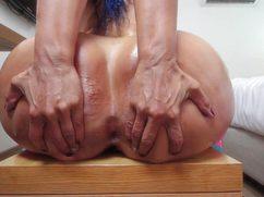 Смазанная молодая сучка раздвигает жирную жопень