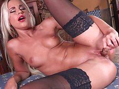 Блондинка в чулках ловит кайф от секс игрушки