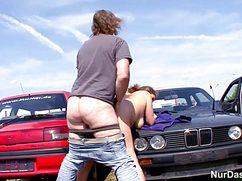 Бородатый джентльмен трахает даму на парковке