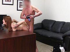 Будущему боссу девушка даёт раком на столе