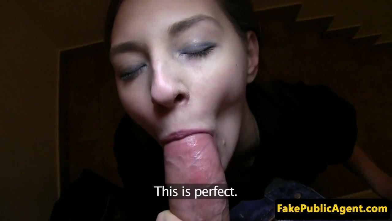 Молоденькая темненькая девушка целует пенис за определенную сумму