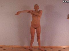 Раскрепощенная блонда тренируется голышом