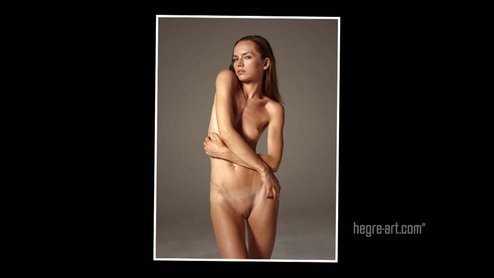 Позирует голая для фотографа видео